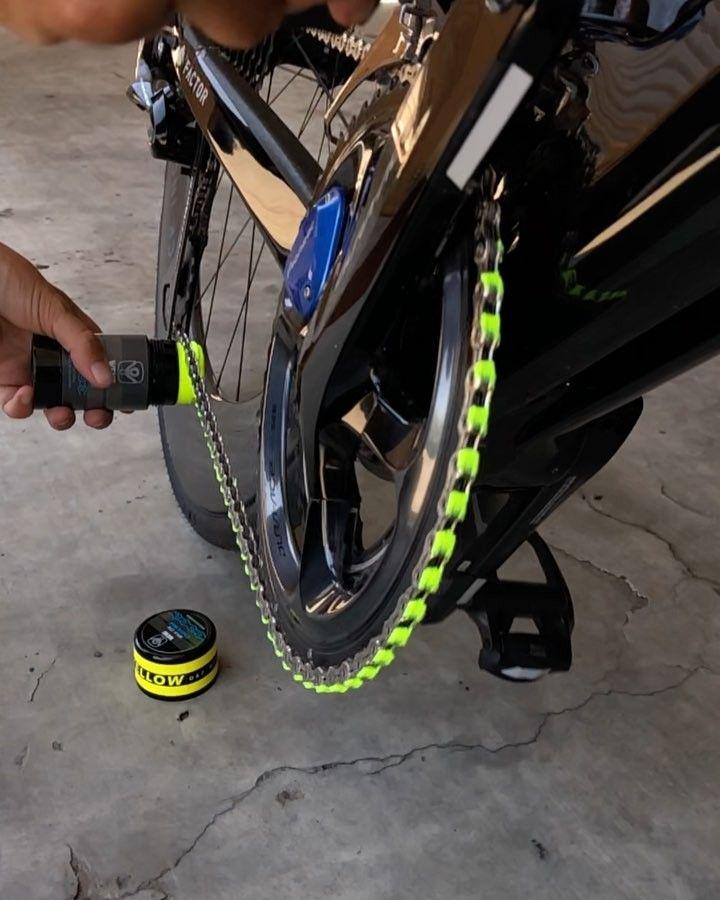 スノーボードなどウィンタースポーツでは知名度のあるワックスブランドのwend Wax Works 自転車 用のワックスも開発しており そのラインアップを今回は紹介しよう リップクリームを塗るようにして作業する手軽さと チェーンをカラーコディネートできることが特徴だ