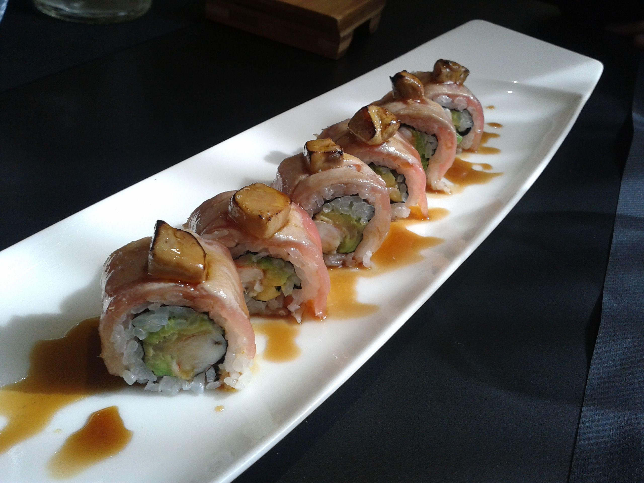 Maki invertido de salmón y foie con salsa de Pedro Jimenez