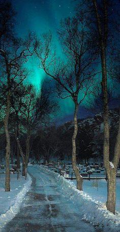 Luces nórdicas alumbrando un cementerio ubicado en Lofoten, Noruega
