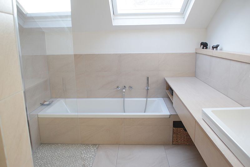 Kleines Bad mit Dachschräge Bath - badezimmer mit schräge