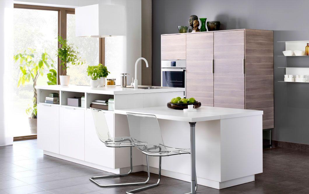 Isola per cucina moderna bianca con frontali VEDDINGE bianchi ...