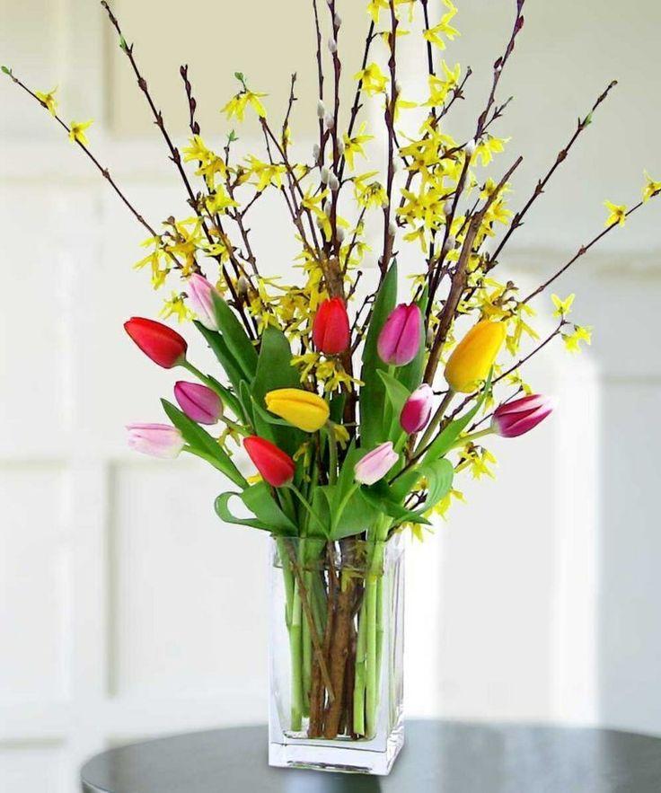Ein Arrangement Zu Ostern Mit Bunten Tulpen Forsythien Und Weidenkatzchen Ostern Blumenarrangements Tulpen Arrangements Moderne Blumenarrangements