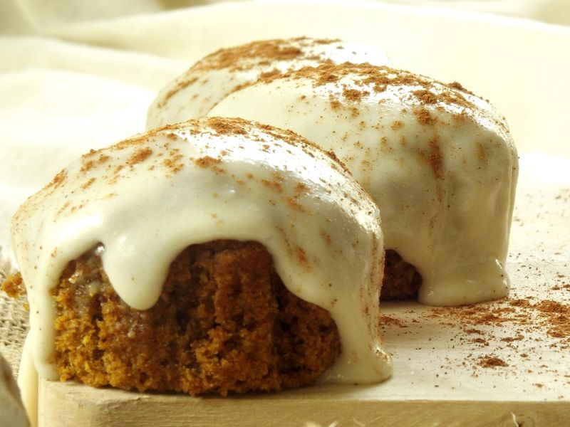 These vegan pumpkin muffins are rich, moist, packed with the flavors of pumpkin and fall spices, and topped with a creamy cashew cream cheese frosting. #pumpkinmuffins