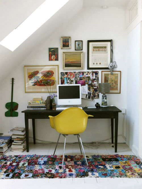 Immagine di http://www.mathmorph.com/wp-content/uploads/2015/07/Boho-Chic-Home-Office-with-white-wall-glass-ceiling-yellow-chair-desk-colorful-carpet-hardwood-floor.jpg.