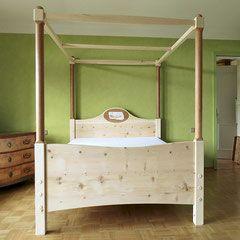 Himmelbett  Himmelbett aus Zirbenholz mit Birnbaumsäulen, Oval aus Birnbaum ...