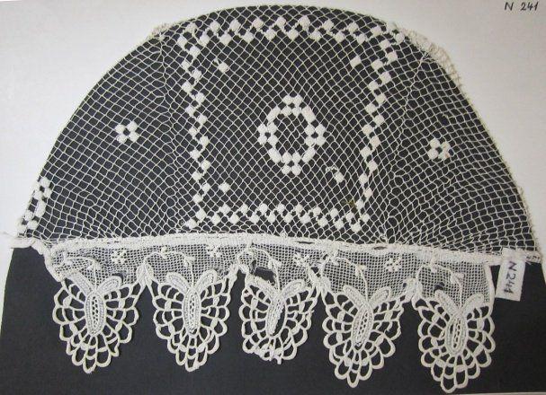 Čepec síťovaný s mřežkou (šitá krajka nad čelem), bavlna, Valašsko, konec 19. století. Muzeum regionu Valašsko Valašské Meziříčí