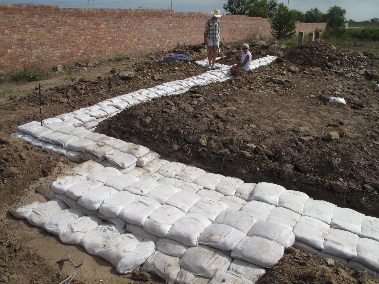 Sandbag Houses Building Walls Using Sandbags With Images Earth Bag Homes Cob Building Building A House