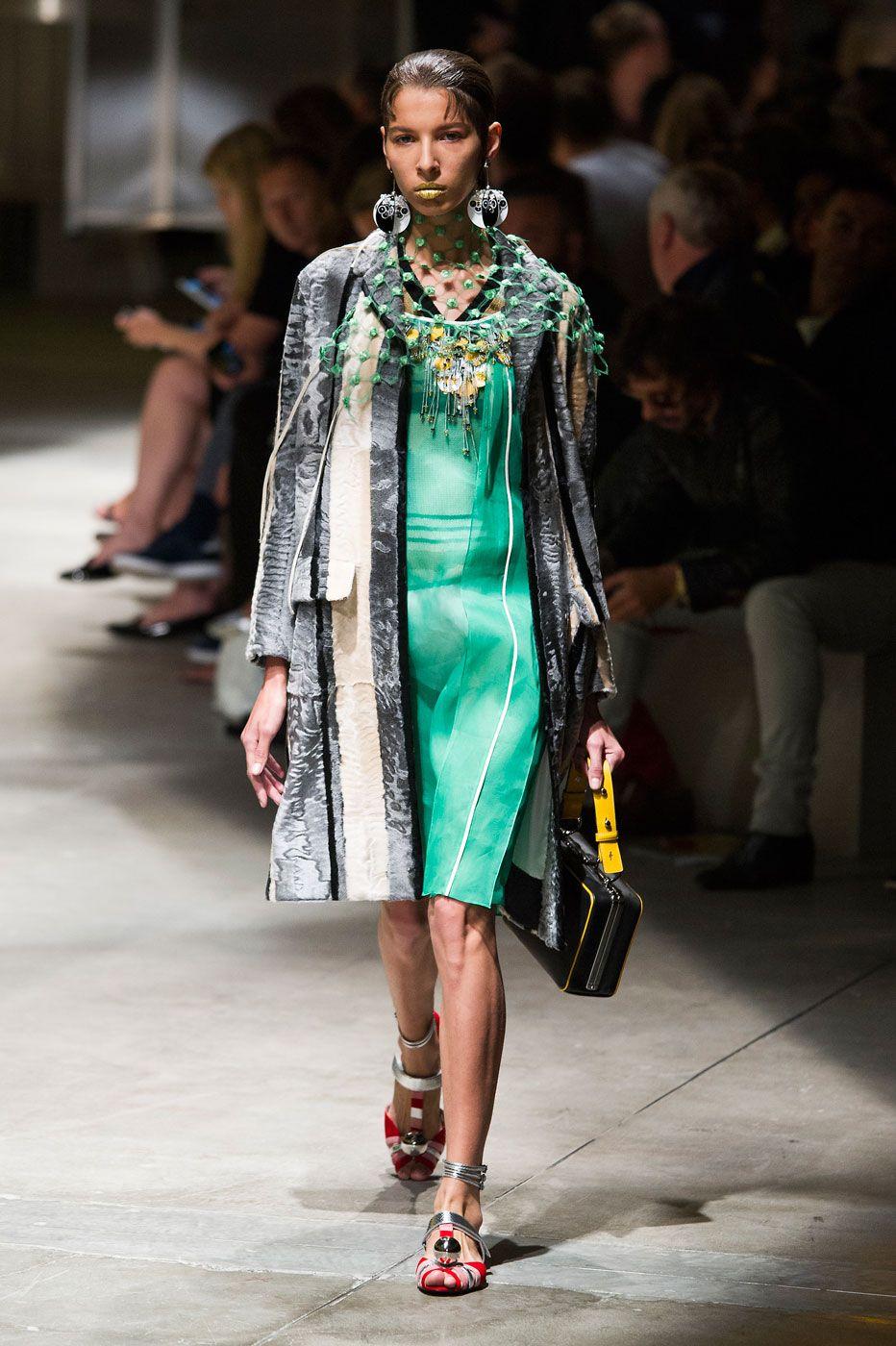 Prada desfila verão 2016 com alfaiataria e decorativismo - Vogue   Desfiles