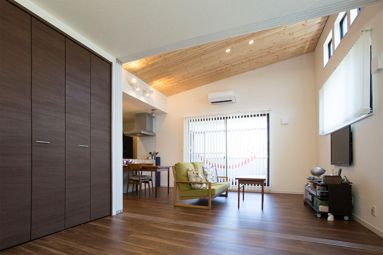 勾配天井のある広いldk 可動式の間仕切り壁で手前を客間に利用 将来