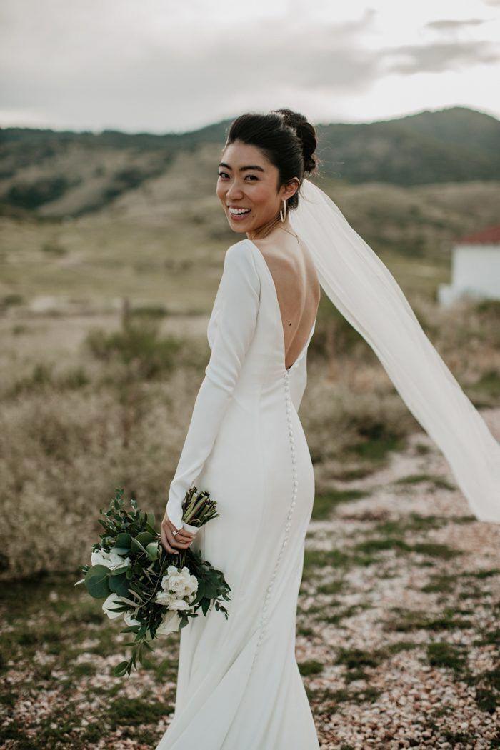 This Outdoor Wedding Ceremony At The Manor House Is Classic And Timeless Summer Leigha Phot Vestido De Casamento Penteado Casamento Vestido De Noiva Pronovias