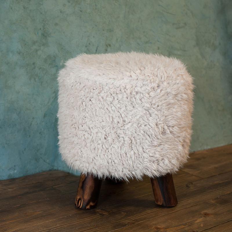 Tabouret design en pin et fausse fourrure blanche KATIE - Maison Facile : www.maison-facile.com