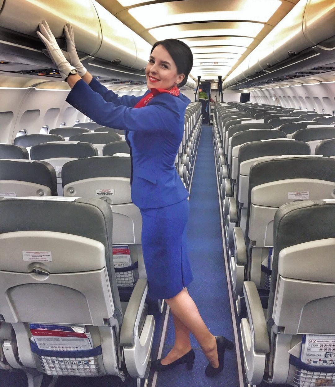 стюардессу отели в самолете очень стройная