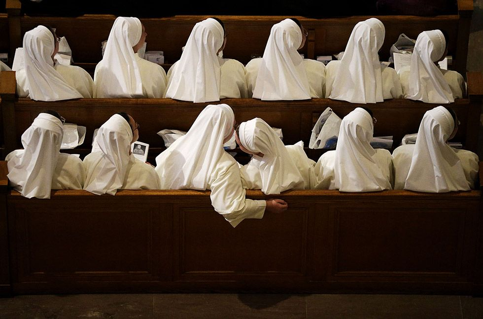 Suore in attesa di Papa Francesco, nella Basilica del santuario nazionale dell'Immacolata Concezione, a Washington DC 23 settembre 2015 (AP Photo/David Goldman)