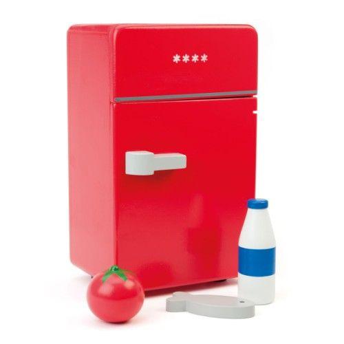 Dans ce réfrigérateur en bois, l'enfant met son lait, un poisson et une tomate. Il manipule ces aliments et la porte du réfrigérateur pour imiter les gestes de ses parents et reproduire des scènes de son quotidien.