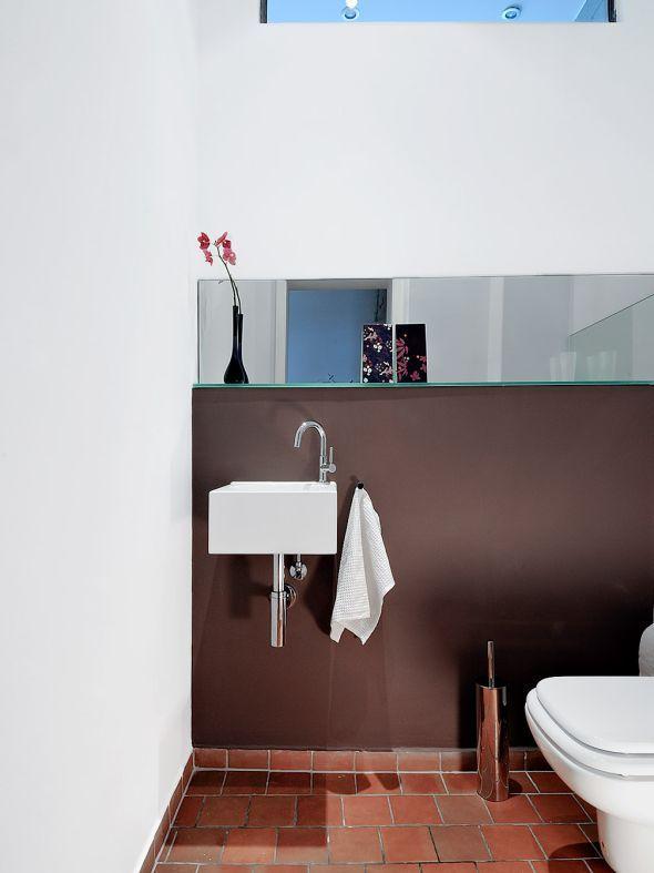 Attractive Ein Spiegelband Schmückt Das Separate WC. Die Braune Wandfarbe Harmoniert  Mit Den Cottofliesen U2013 Sie
