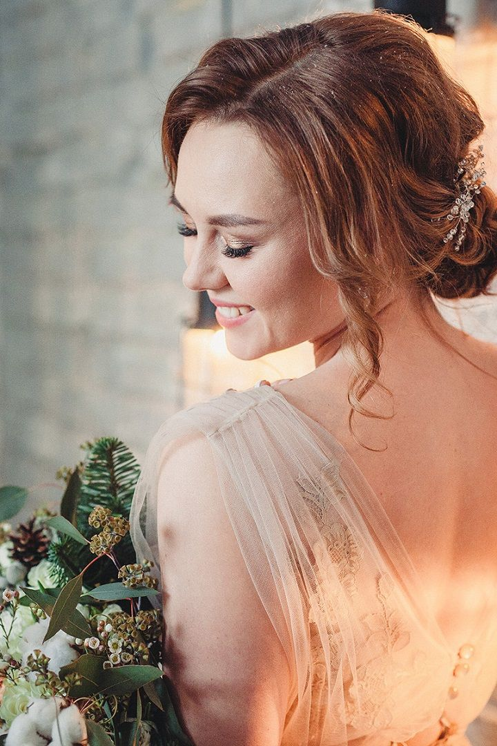 Rustic and cozy winter wedding styled shoot | fabmood.com #winterwedding #weddingdress #weddinghair #rusticwedding #neutralweddingdress