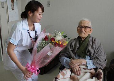 Почетный диплом книги рекордов Гиннесса был вручен 20 августа долгожителю в одной из клиник Токио, где 111-летний японец в настоящее время находится..