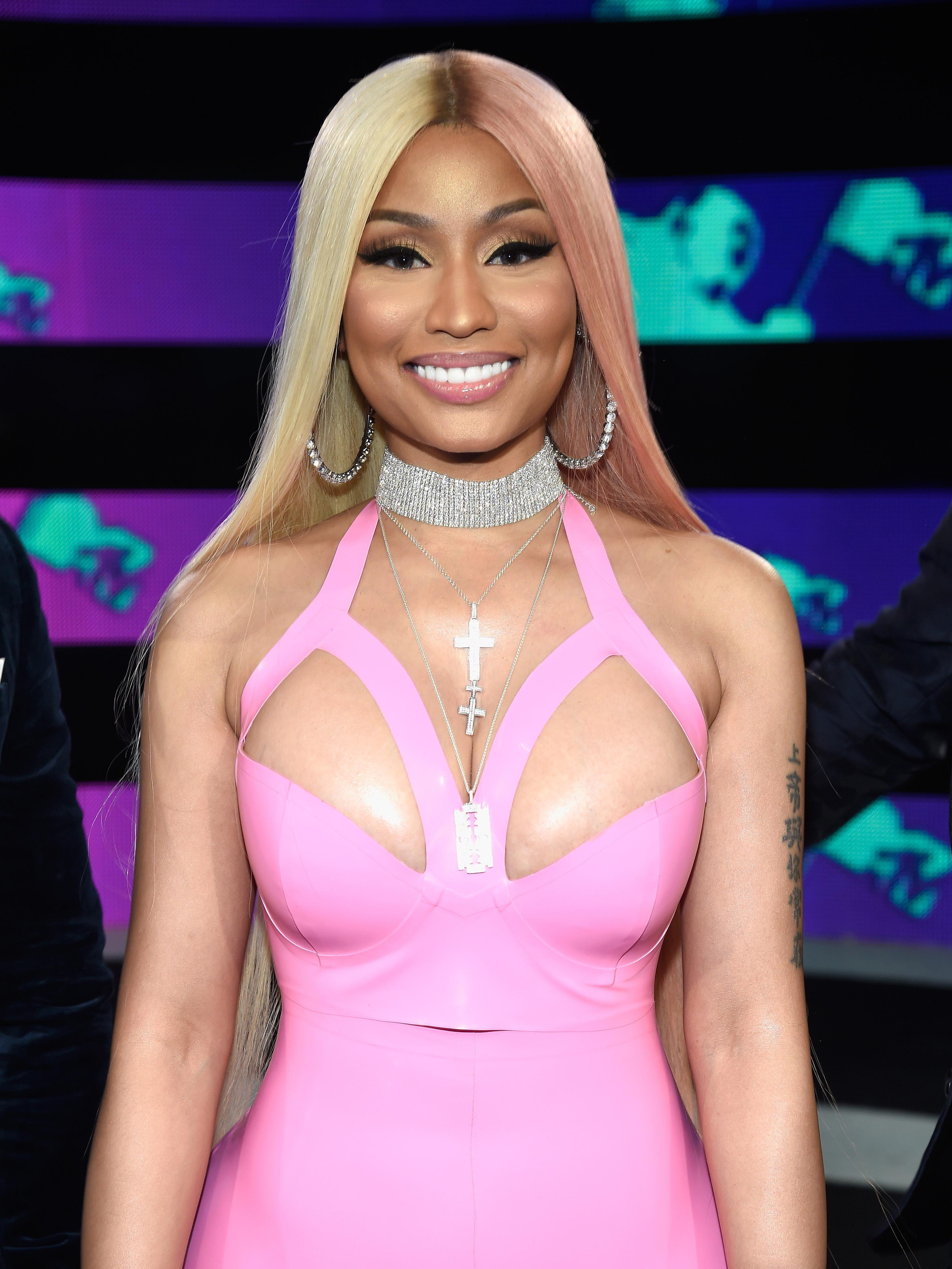 Nicki Minaj S Hair Is Now Half Pink Half Blonde And We Re