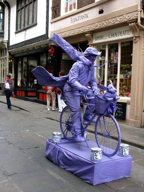 Alicia Merrett: Levend standbeeld, York
