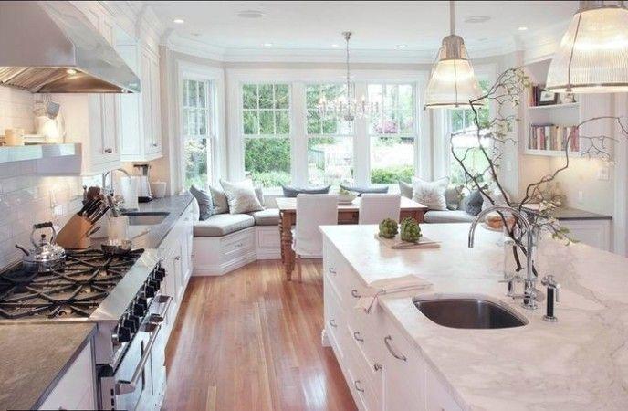 Sedenie na okennom parapete v kuchyni - Byvanie je hra