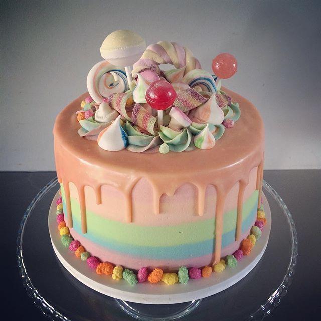 Rainbows rainbows rainbows rainbows! And what about this peach drip? ❤️ #rainbowcake #rainbow #kidscake #birthdaycake #rainbowcake