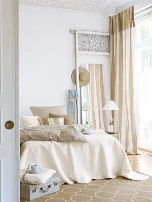 gebrochenes wei und zur ckhaltende beiget ne sorgen im schlafzimmer f r sch ne tr ume foto. Black Bedroom Furniture Sets. Home Design Ideas