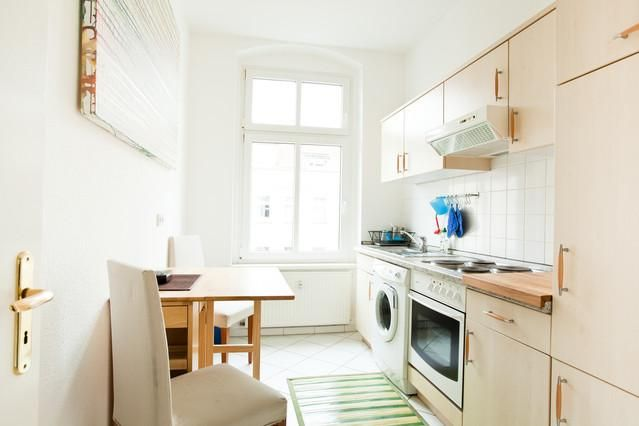 Schöne sanierte Altbauküche mit schwarz-weißem Fliesenboden und - küchen im retro stil