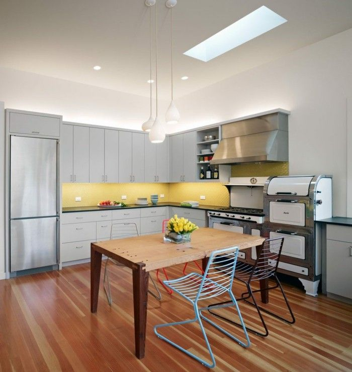 Wohnküche Gestalten wohnküche mit rustikalem esstisch und modernen stühlen küche