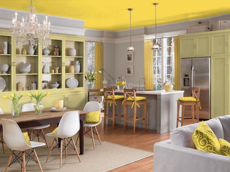 cuisine tendance 2017 avec meubles en bois vert clair sol en parquet chaises eames et table. Black Bedroom Furniture Sets. Home Design Ideas