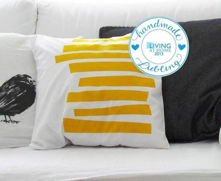 *Kissenhülle* – mit Streifen-Motiv - gelb Weißer, hochwertiger Baumwollstoff einseitig im Siebdruck-Verfahren bedruckt. Da es sich hier um Handsie...
