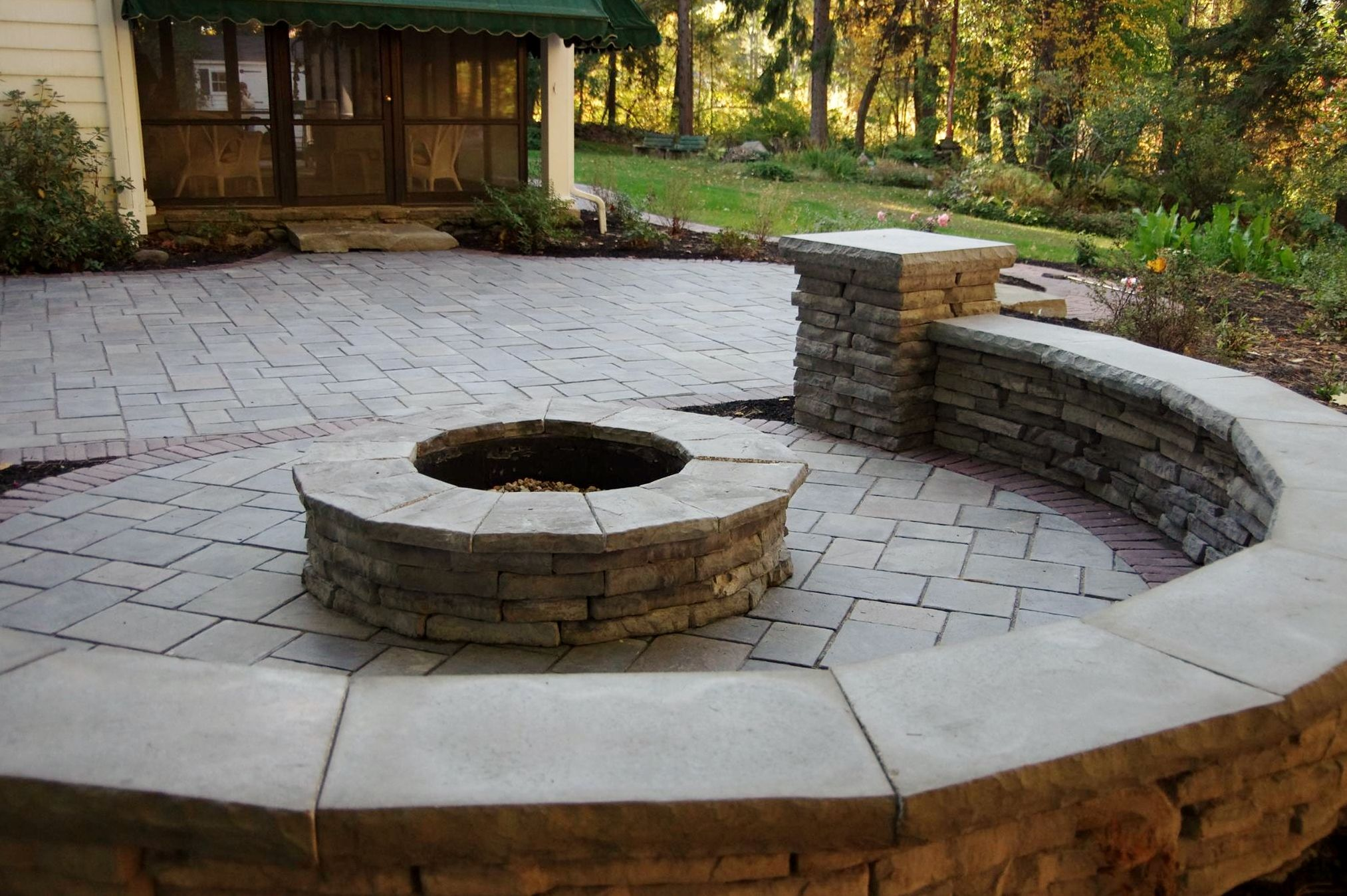 Unilock Richcliff Paver Patio With Rivercrest Sitting Wall