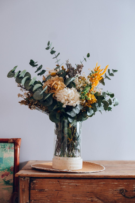 Jarrón de cristal y base de cerámica con flores preservadas