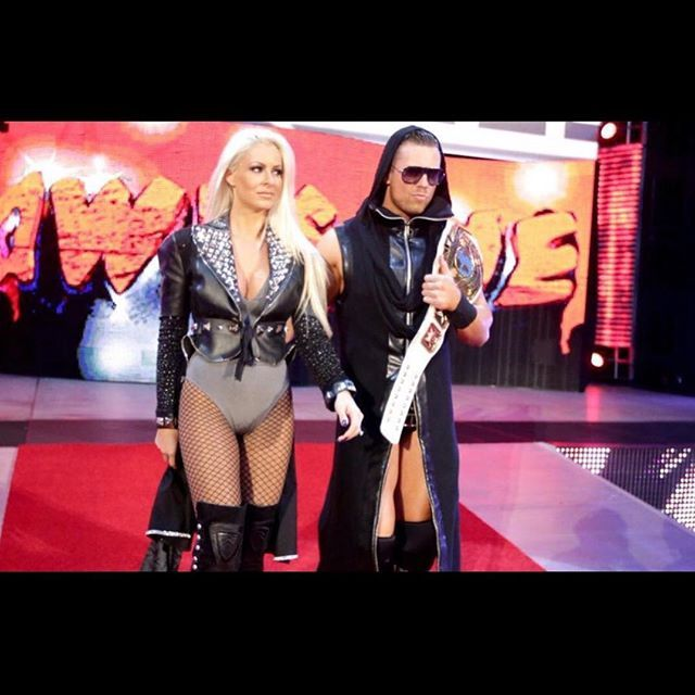 WE LOOK SO GOOD  @mikethemiz #ItCouple @wwe #raw