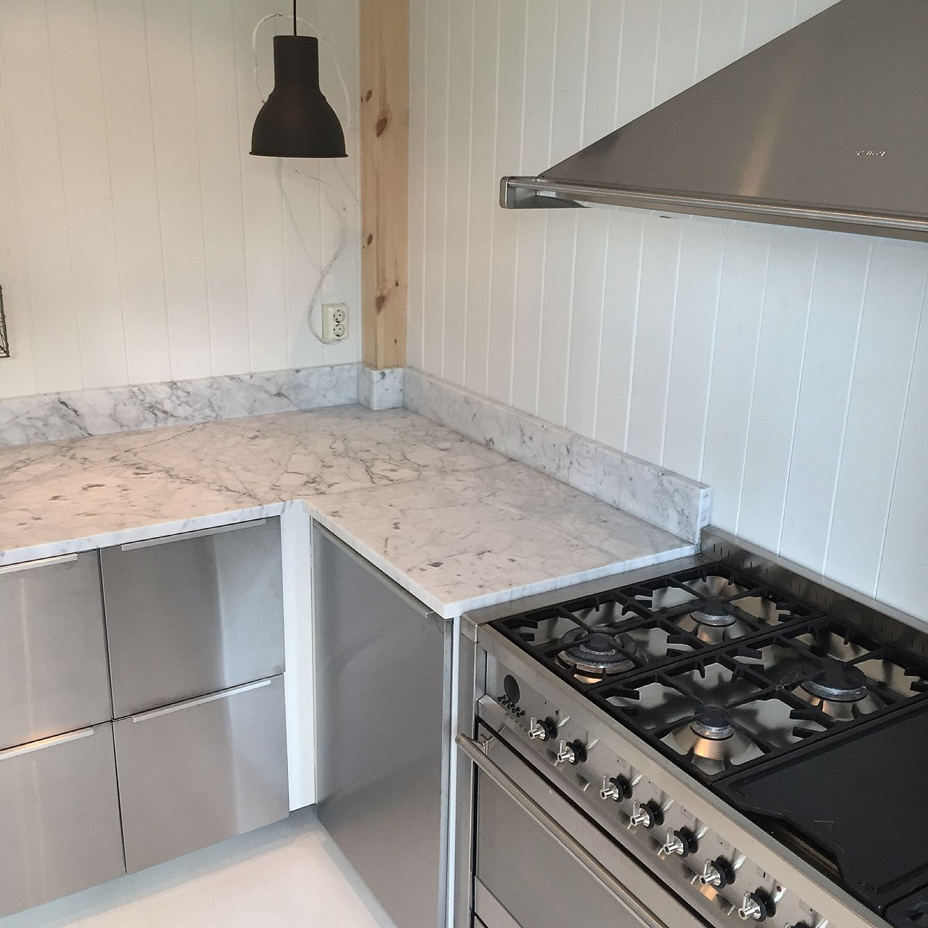 Carrara Marmor kjøkkenbenken i carrara marmor kler dette idustrielle stål kjøkkenet