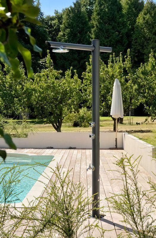 Douches solaires et design le sp cialiste des piscines euro piscine services couloir d 39 eau - Douche de piscine design ...