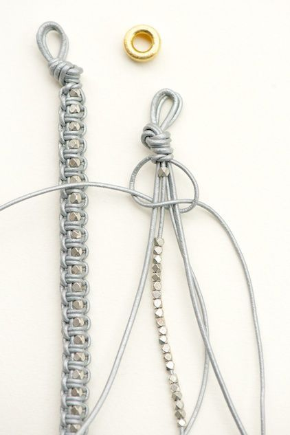 sur la base du n ud shamballa macram un bracelet tout simple r aliser avec du fil de cuir. Black Bedroom Furniture Sets. Home Design Ideas