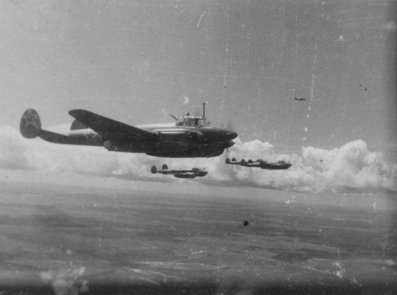 Советские бомбардировщики Пе-2 в небе над Украиной | Военный