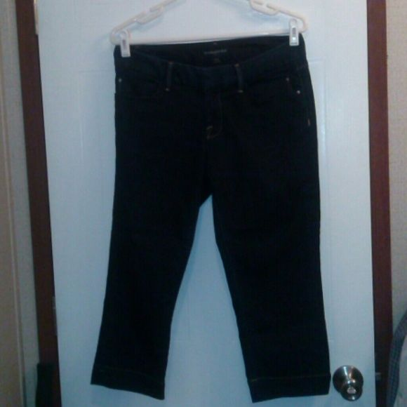 "Banana Republic Denim Capri Jeans Sz 28/6 Dark wash. 5 pockets. Cotton & poly blend. Waist 30"". Rise 7.5"". Inseam 20"". Pre-owned and in great condition.  Not a smoke free home. Banana Republic Jeans Ankle & Cropped"