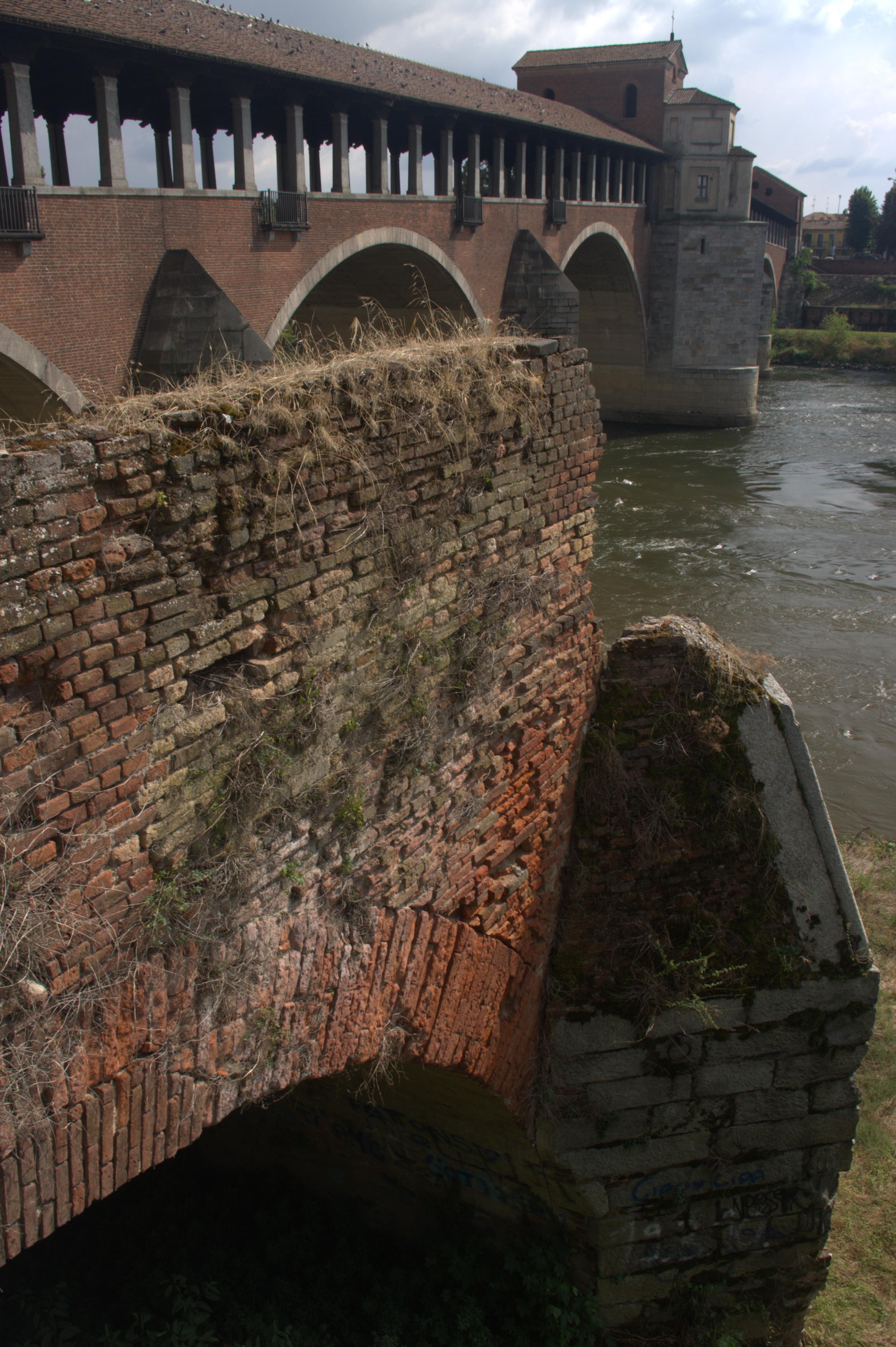 Pavia - Resti del vecchio Ponte romano sulla sponda del fiume