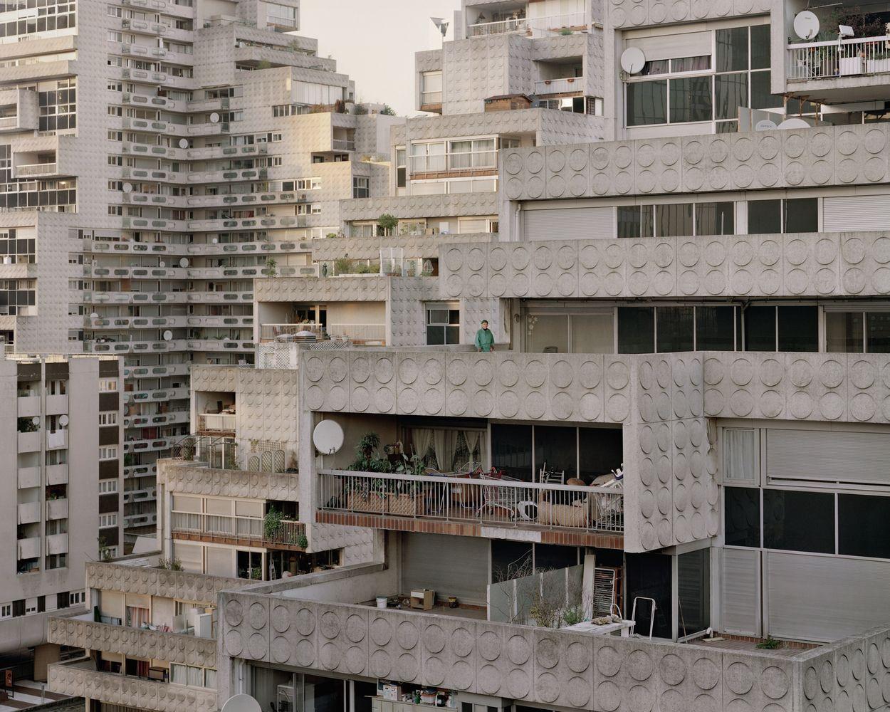 El sueño utópico de Ricardo Bofill: Conjuntos posmodernos en Noisy-le-Grand,José, 89 años, Les Damiers, Courbevoie, 2012. Imagen ©  Laurent Kronental
