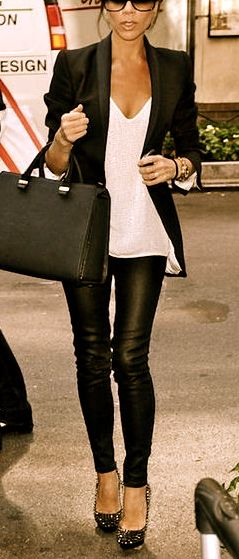 Black leather skinnies, pastel v neck tee, black blazer, bag, and pumps Bytt ut pumpsene med sko man kan gå i.
