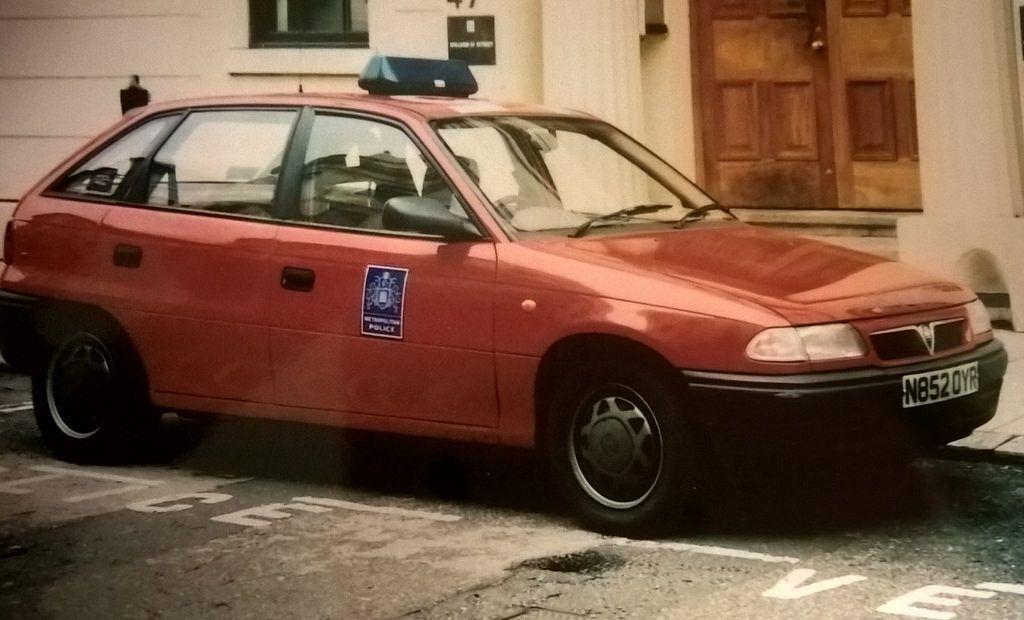 Britain 1995 Vauxhall Astra Mk3 Metropolitan Police Met Diplomatic Protection Unit Police Cars Vauxhall Astra Vauxhall
