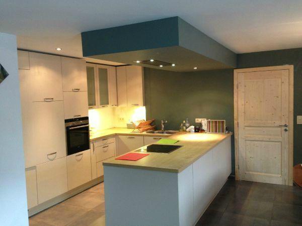 Cuisine avec îlot et hotte dans sous-plafond For the Home - pose d une hotte decorative