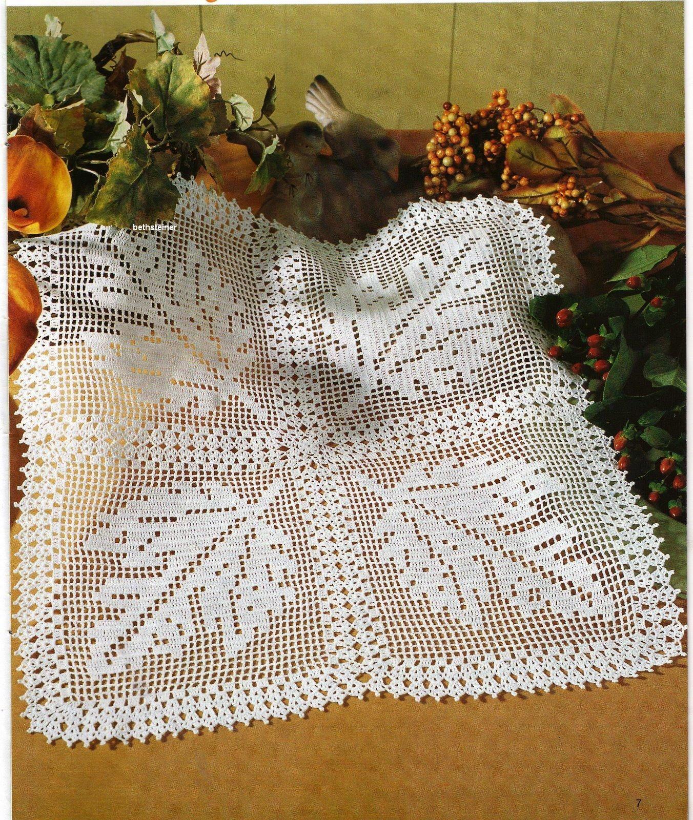 Autumn leaf filet crochet table topper | Crochet para Carpetas ...