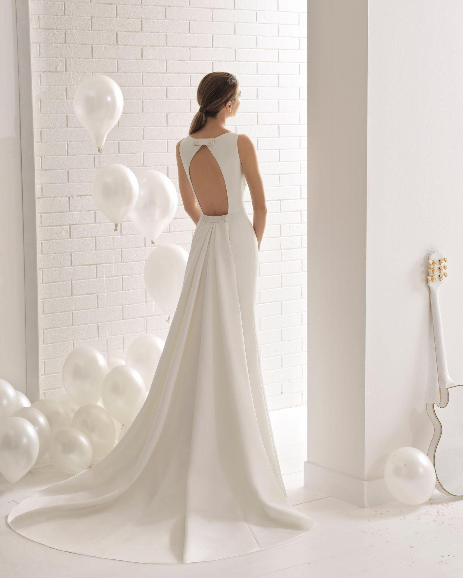8bed575e62 Vestido de novia corte recto en otoman con escote cuadrado con abertura  redonda en la espalda con cola.