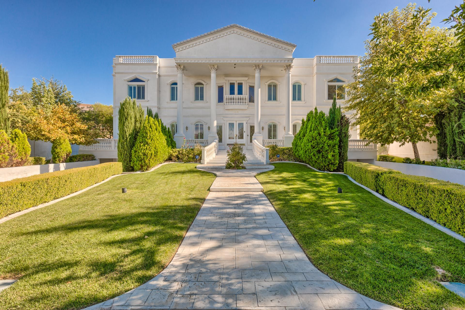 Million Dollar Homes In Las Vegas For Sale 1m 3m Million Dollar Homes Luxury Homes Dream Houses Cottage Homes
