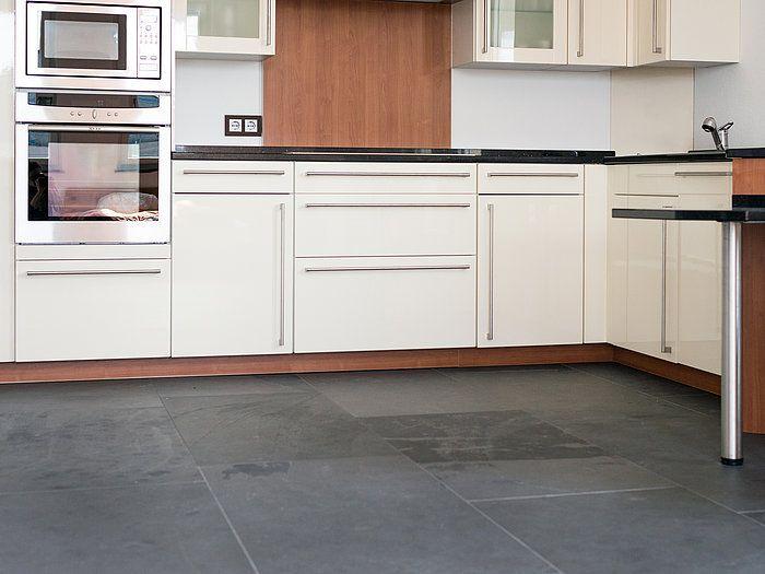 schwarz weiss look mit schiefer stonenaturelle naturstein in der k che fliesen schiefer. Black Bedroom Furniture Sets. Home Design Ideas