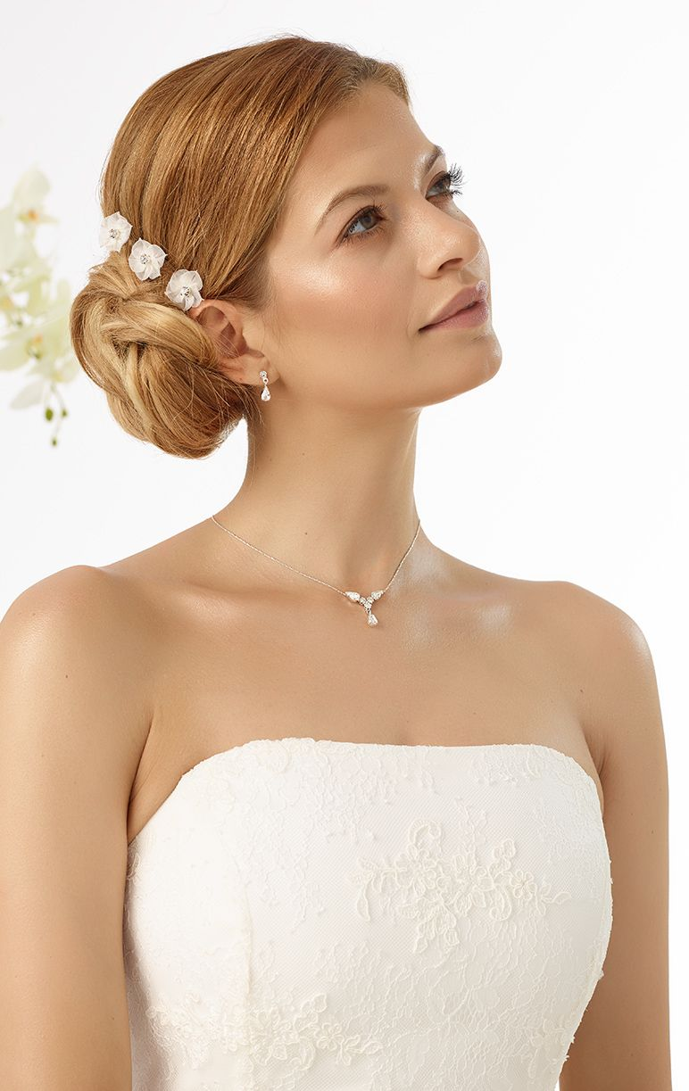 Curlies in the romantic style M7 decorated with flower and rhinestone from Bianco Evento #biancoevento #hairstyles #weddingaccessories #hairjewellery #weddingideas #bridetobe