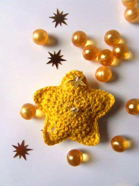 Etoile jaune by Brin de fantaisie, via Flickr, don´t see very clearly, but guess it is crochet
