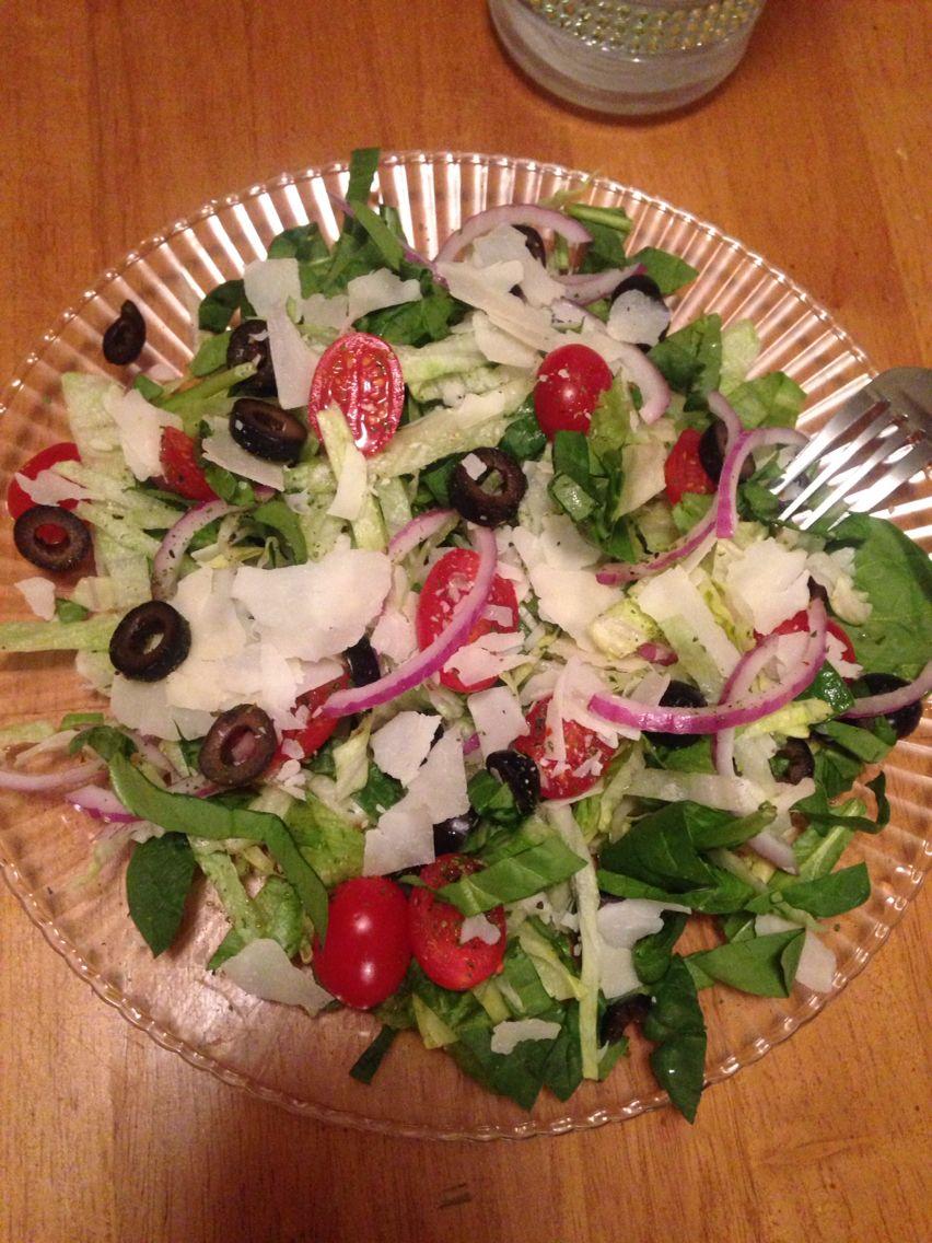 Lechuga,spinach,cebolla morada, cherry tomatoes,Olivos negros,y queso Parmesan se los juntos que save mejor que una pizza..
